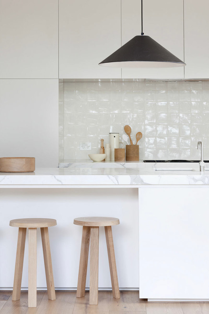 Деревянные табуреты на белой кухне