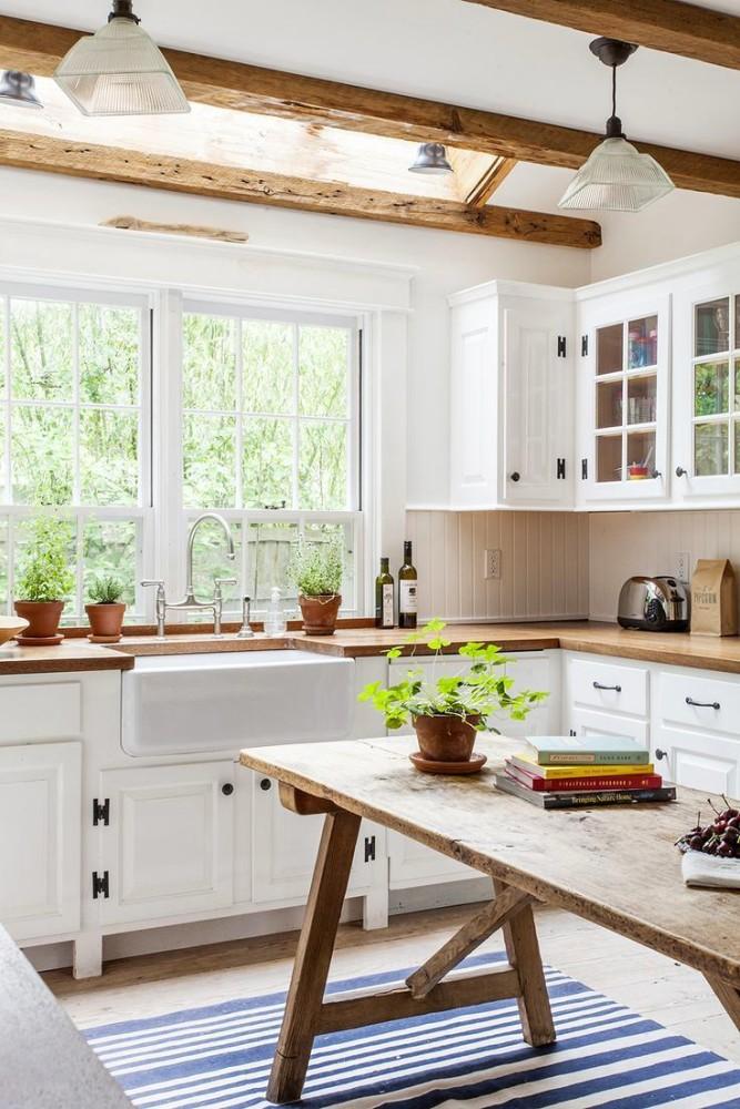 Полосатый коврик на белой кухне