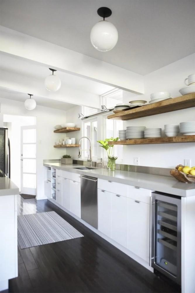 Черный лакированный пол на белой кухне