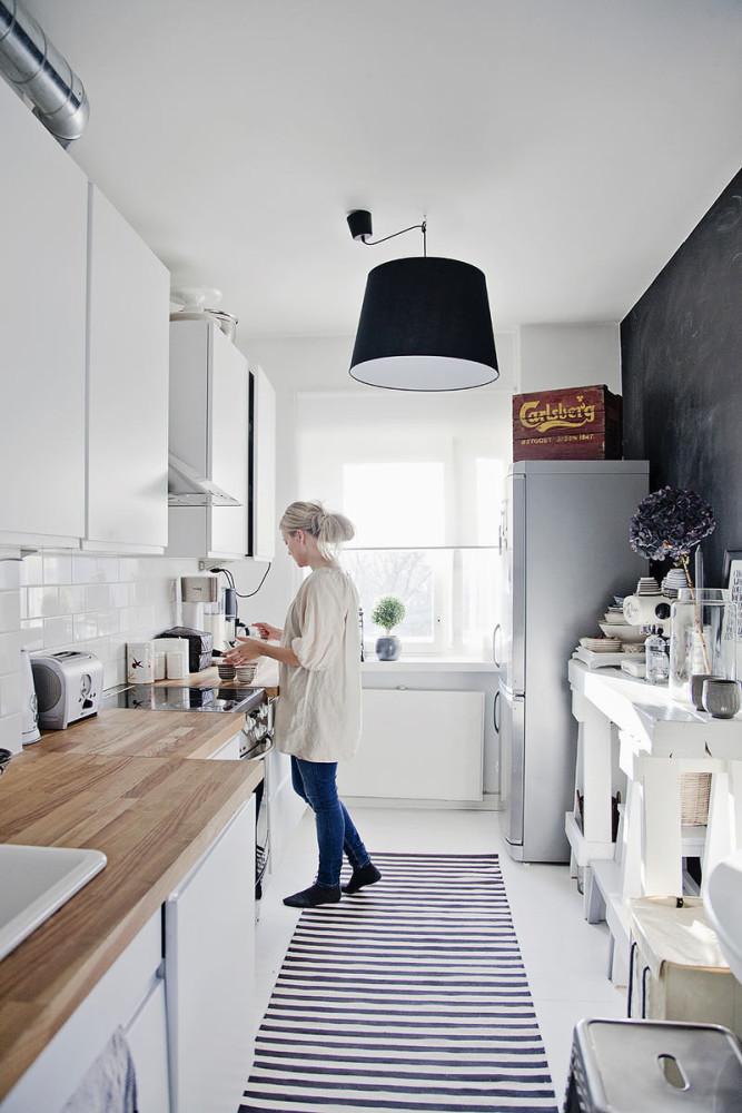 Черно-белый коврик на белой кухне
