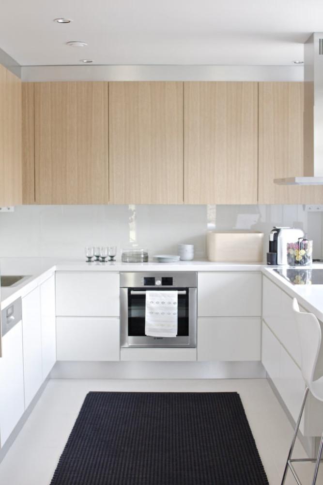 Черный коврик на белой кухне