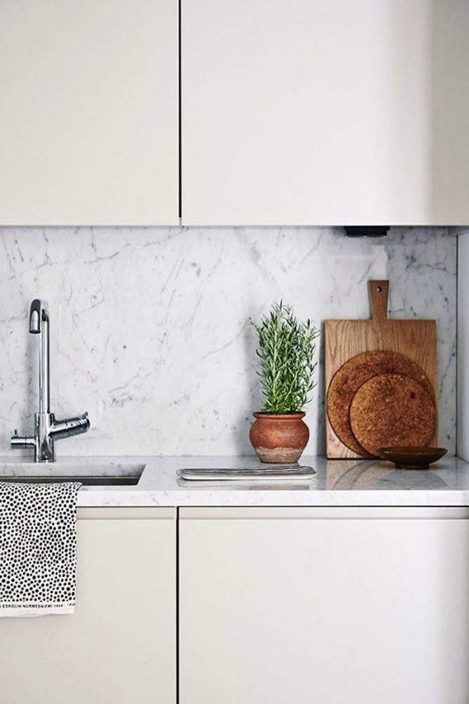 Фартук из мрамора на белой кухне