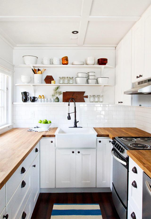 Низкий потолок на белой кухне