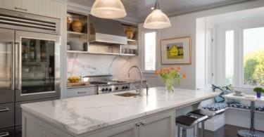 Дизайн кухонного острова с мраморной столешницей