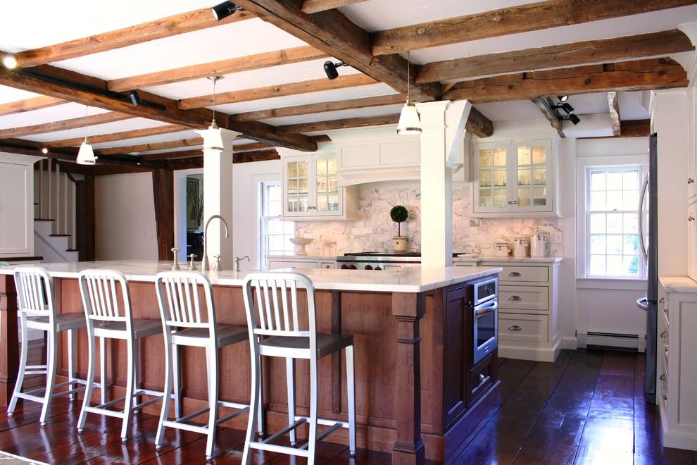 Органичный дизайн встроенной микроволновой печи в интерьере кухни от Thorson Restoration & Construction