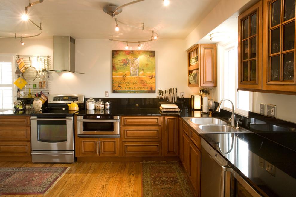 Органичный дизайн встроенной микроволновой печи в интерьере кухни от Marcia Moore Design