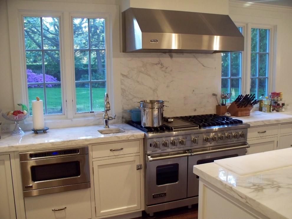 Органичный дизайн встроенной микроволновой печи в интерьере кухни от Mrs. G TV & Appliances