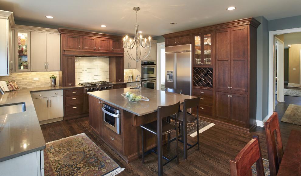 Органичный дизайн встроенной микроволновой печи в интерьере кухни от Kristin Petro Interiors, Inc.