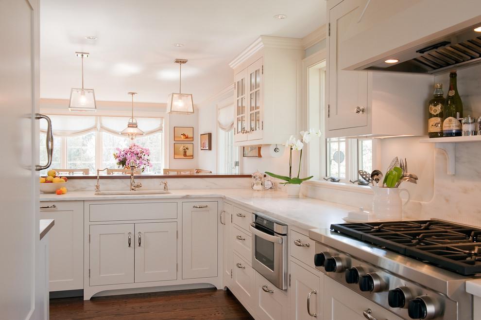 Органичный дизайн встроенной микроволновой печи в интерьере кухни от Su Casa Designs