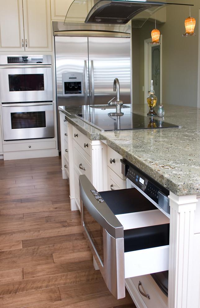 Органичный дизайн встроенной микроволновой печи в интерьере кухни от HartmanBaldwin Design/Build