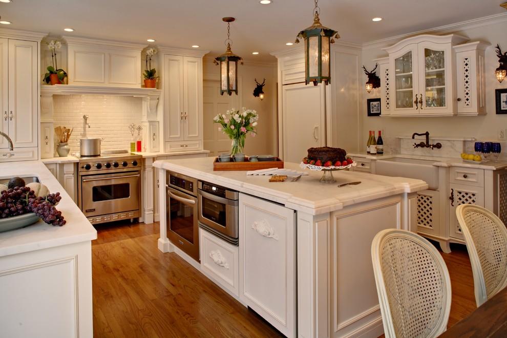 Органичный дизайн встроенной микроволновой печи в интерьере кухни от Alicia Shearer, ASID, CID