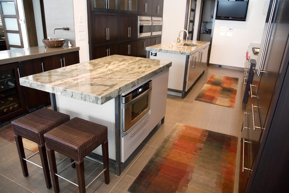 Органичный дизайн встроенной микроволновой печи в интерьере кухни от Kitchens by Richards Inc