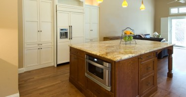 Органичный дизайн встроенной микроволновой печи в интерьере кухни от Design Savvy