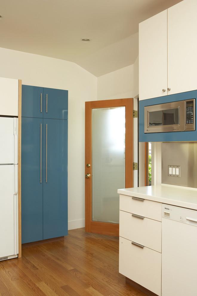 Оригинальный дизайн интерьера кухни в белой гамме с голубыми акцентамиот Thomas Wold