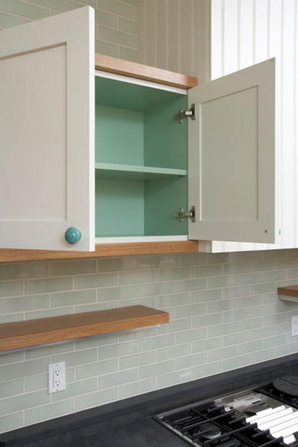 Белый кухонный шкафчик с зелёными полками от Thomas Wold