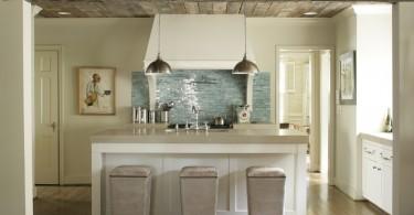 Деревянный потолок в интерьере кухни от Structures, Inc.