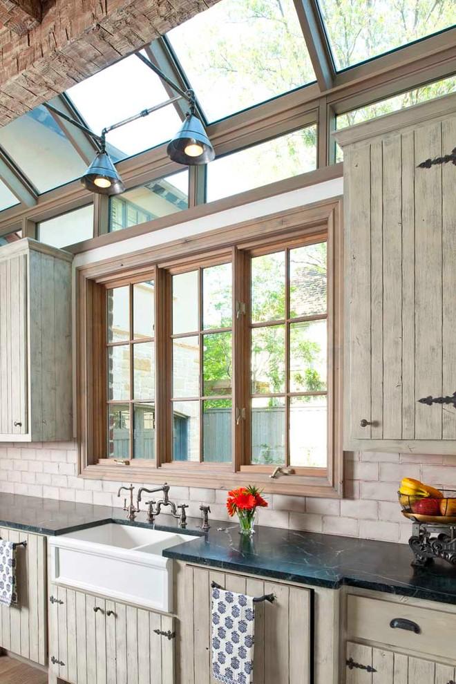 Современный дизайн кухонной раковины от Gage Homes Inc.