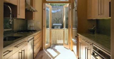Стильный дизайн интерьера кухни с узким проходом
