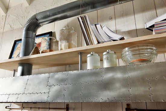 Металлическая полка на кухне