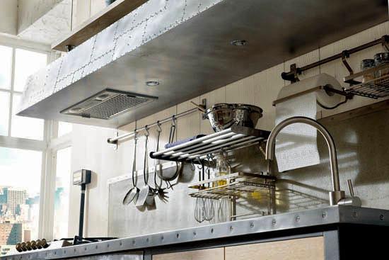 Вытяжка из металла на кухне