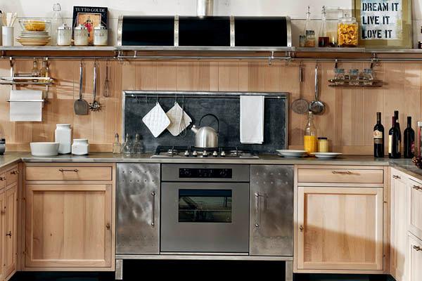 Металлическая плита между деревянной мебели на кухне