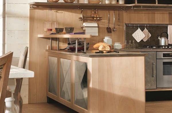 Металлические фасады деревянной мебели на кухне