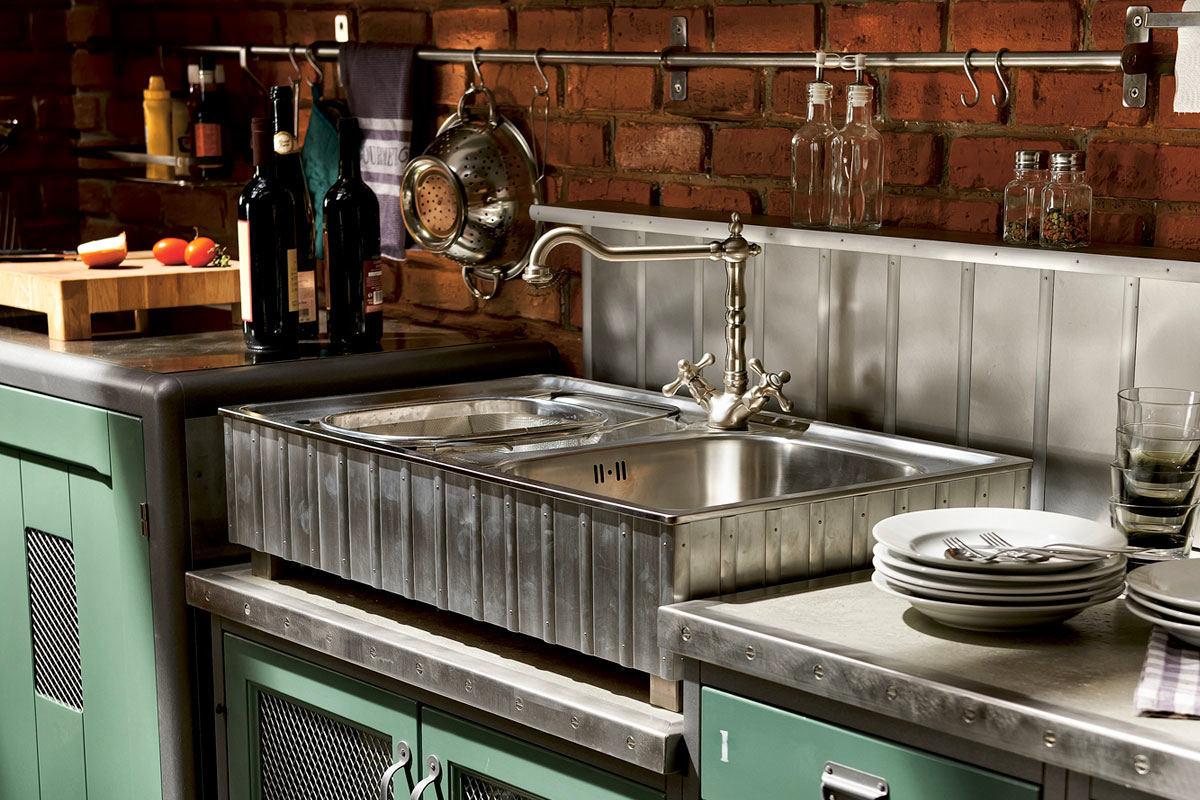Металлическая раковина на кухне