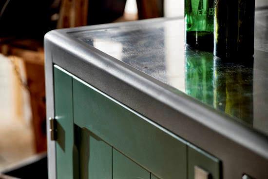 Столешница из металла на кухне
