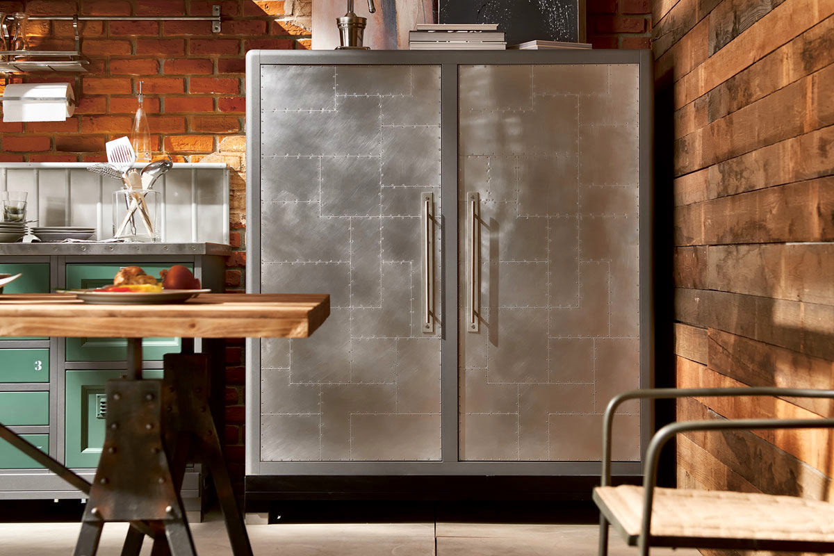 Холодильник из металла на кухне