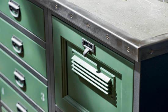 Металлические фасады мебели на кухне