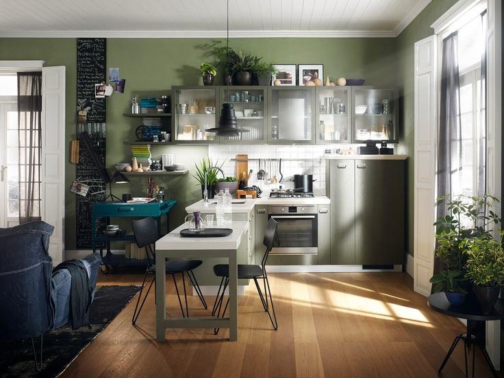 Зеленая стена на кухне