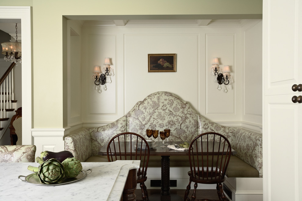 Интерьер столовой с белыми стенами