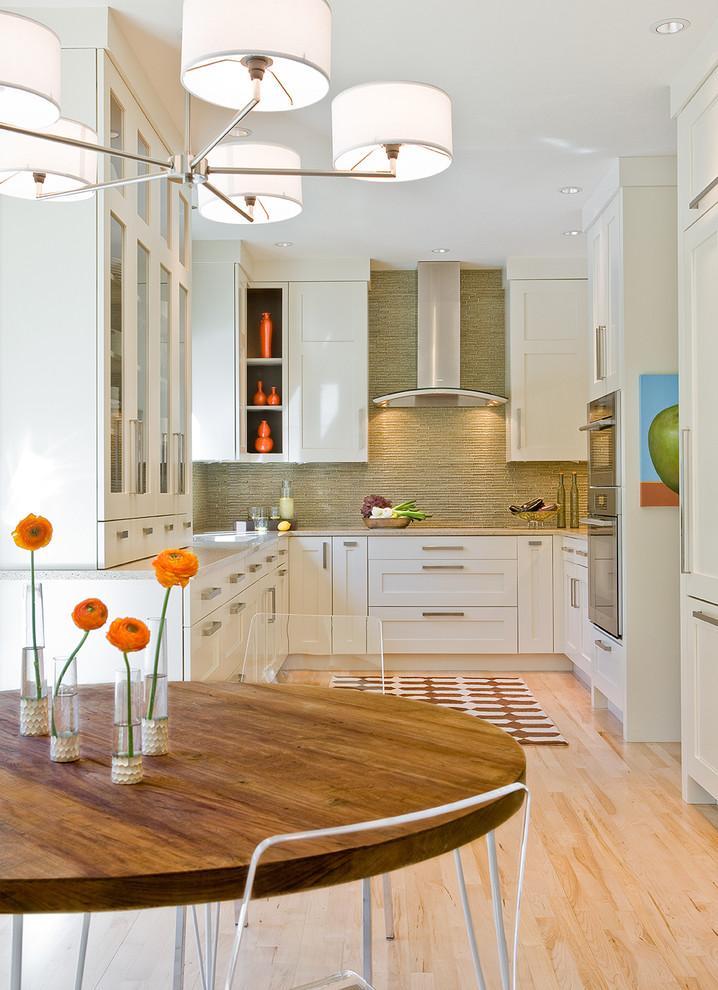 Столовая с круглым столом на кухне
