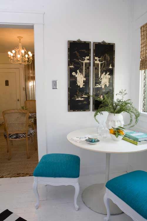 Круглый стол белого цвета в столовой