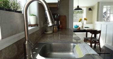 Кухонный смеситель системы Moen Woodmere в интерьере кухни