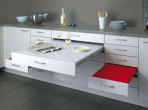 Белоснежные выдвижные столы на кухне