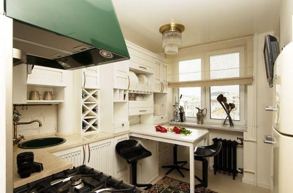 Выдвижной стол белого цвета на кухне