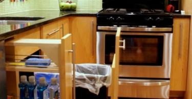 Эстетичный дизайн выдвижного мусорного бака в интерьере современной кухни