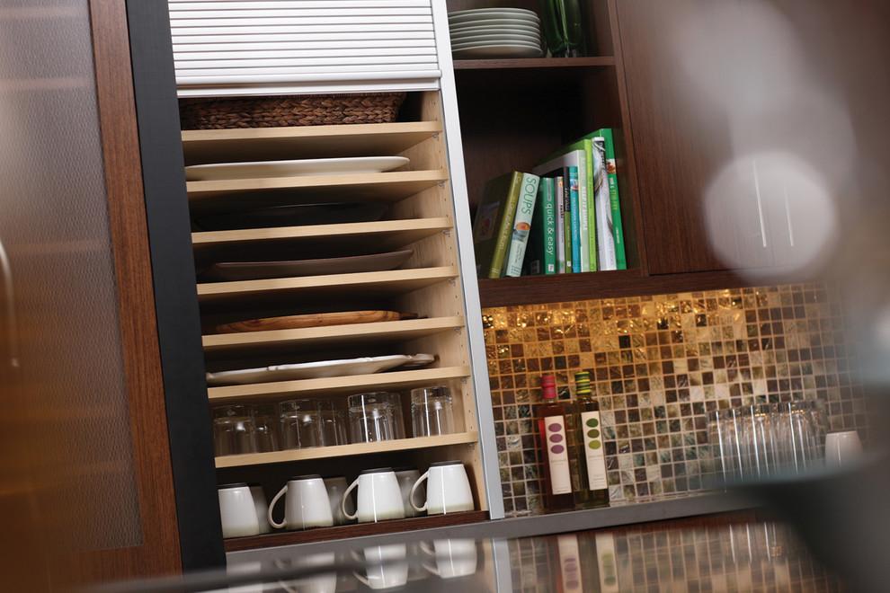 Креативный дизайн системы хранения кухонной посуды и мелких аксессуаров от Dura Supreme Cabinetry