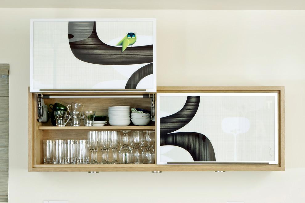 Дверцы подвесного посудного шкафас мозаичным рисунком