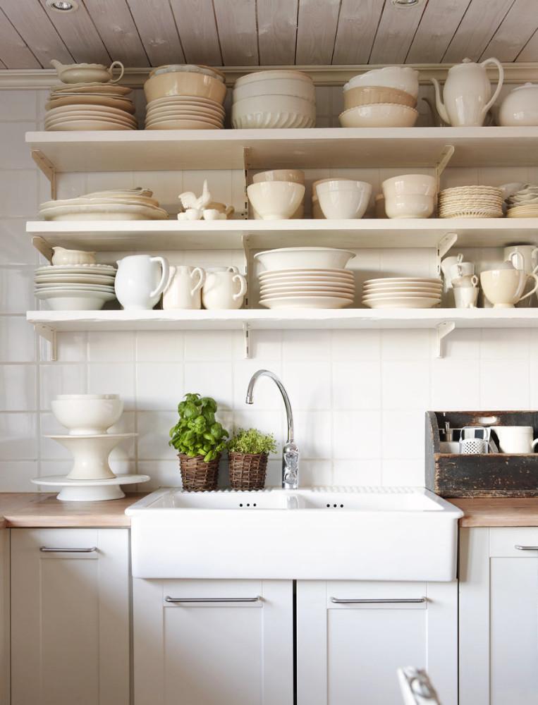 Системы хранения для кухни - полки для тарелок в белом цвете