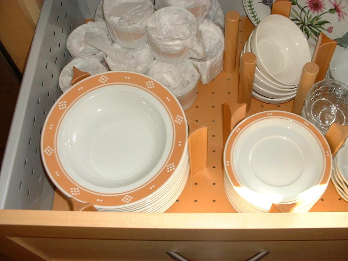 Системы хранения для кухни - посуда в ящике с отверстиями