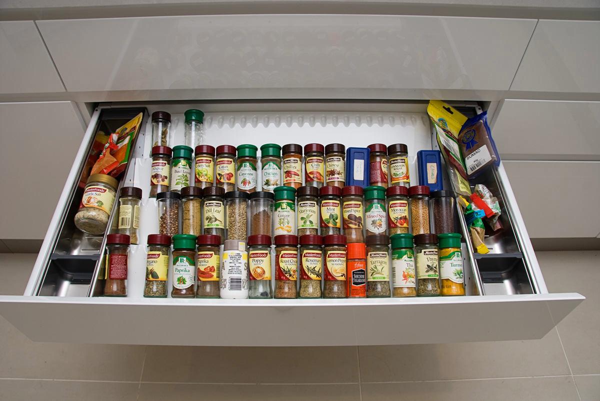 Системы хранения для кухни - баночки со специями в выдвижном ящике