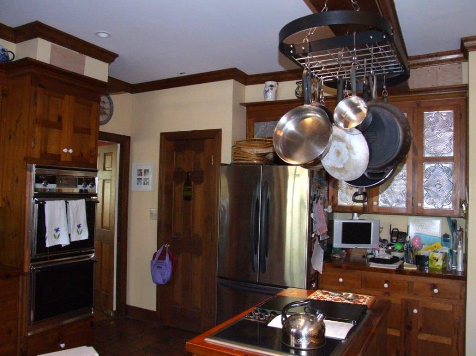 Системы хранения для кухни - место для кухонного инвентаря под потолком