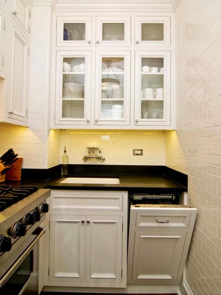 Кухня в белом цвете с классическими шкафами