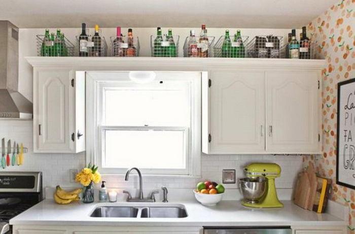 Полка на белой мебели на кухне