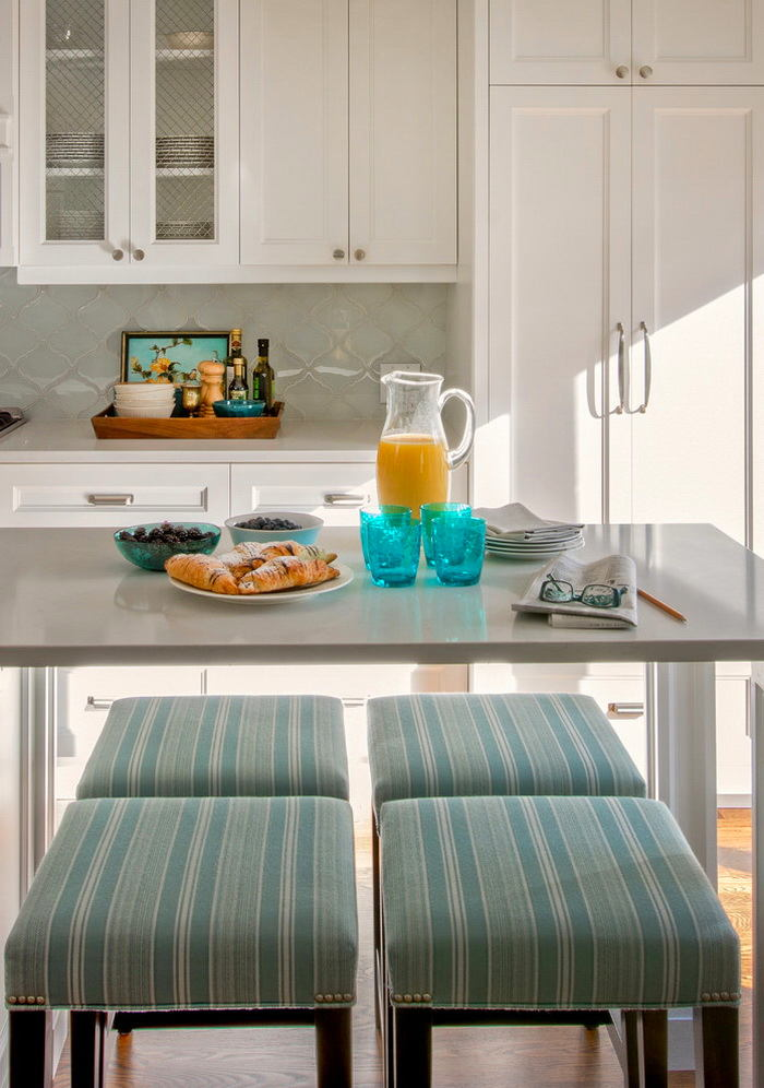 Акриловый стол на кухне