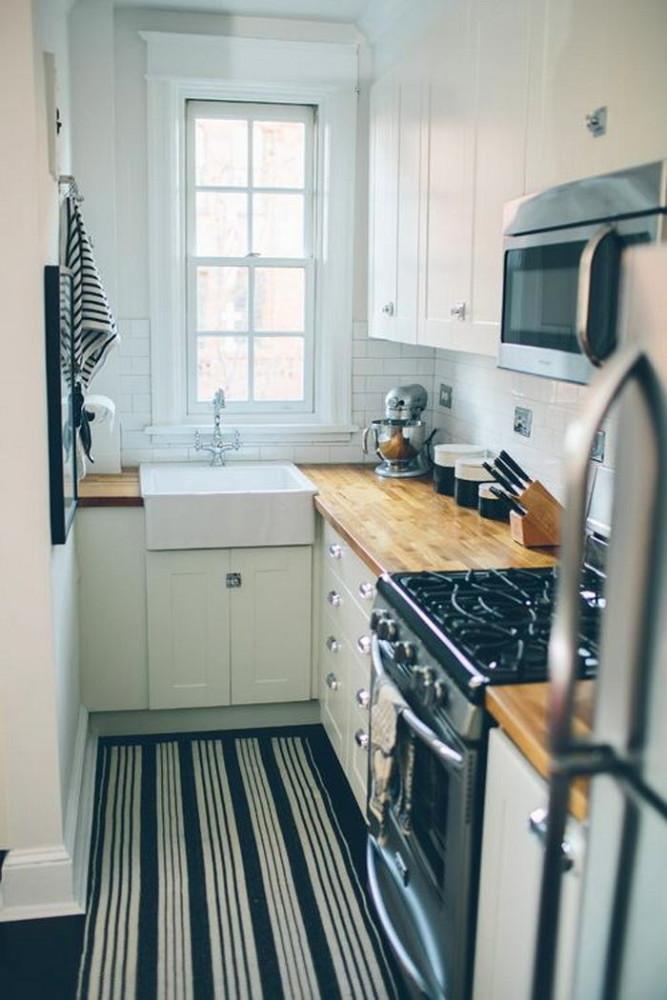 Ковер в полоску на кухне