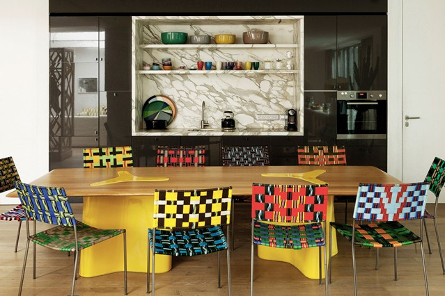 Разноцветные стулья на кухне