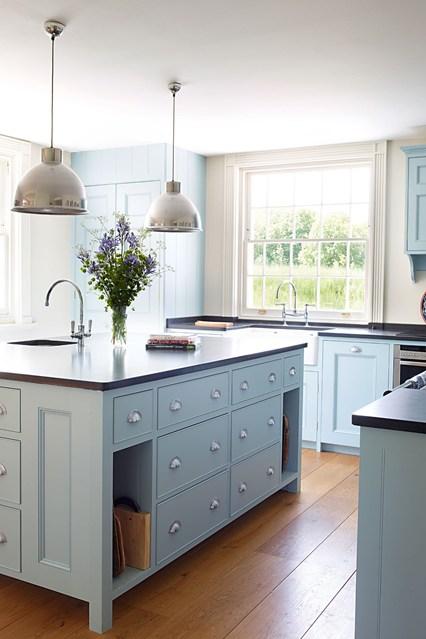 Голубая мебель на кухне
